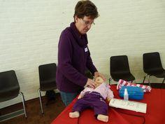 Bij baby's geef je 15 borstcompressies met 2 vingers op het borstbeen op het midden van de borstkas
