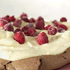 Sjokoladepavlova med vaniljekrem Anna Pavlova, Cake Recipes, Raspberry, Cheesecake, Sweets, Baking, Fruit, Desserts, Meringue