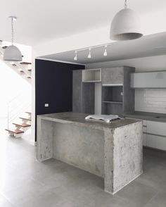 Tadelakt Grey Countertops and Shelves in Parisian Kitchen Industrial Kitchen Design, Kitchen Room Design, Contemporary Kitchen Design, Industrial House, Kitchen Interior, Concrete Kitchen, Concrete Houses, Küchen Design, House Design