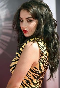 Charli XCX Photos - Singer Charli XCX attends the 2014 MTV Video Music Awards at The Forum on August 2014 in Inglewood, California. - Arrivals at the MTV Video Music Awards — Part 2 Charli Xcx, Mtv Video Music Award, Music Awards, Beauty And Fashion, Mtv Videos, Red Carpet Looks, Red Carpet Fashion, Celebrity Crush, Fashion Photo