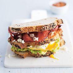 Club sandwich met bacon, feta, ei en avocado - Jamie magazine