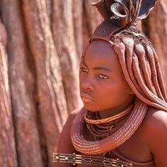 Na Namíbia quase na divisa com a Angola fica a região remota de Serra Cafema que divide sua beleza e cor com o povo Himba  alguns dos poucos nômades africanos que vivem ainda de forma rudimentar.  Os Himbas são alegres e mantêm seus costumes seculares até hoje. As mulheres pintam seus corpos com um óleo avermelhado mistura de banha de boi com uma pedra local para fazer o asseio diário e se protegerem do sol. Tem foto mais linda?!  {mais no www.magariblu.com} #magariblu #namibia #himba…