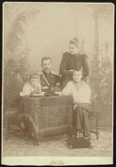 Conde Felix Yussupov Sumarokov-Elston com sua esposa a Princess Zinaida Yussupova e seus filhos os Príncipes Felix Yussupov (a esquerda) e Nicholas Yussupov (a direita).