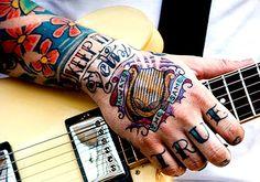 Várias ideias e inspirações para quem está pensando em tatuar as mãos. Diversas tatuagens, dos estilos mais clássicos aos mais contemporâneos.