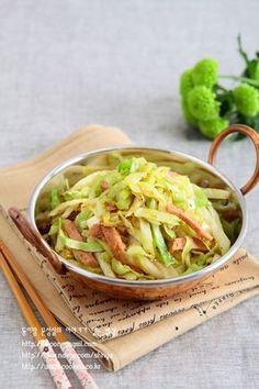 양배추 볶아먹기 시작하니 정말 양배추 한통 후딱 먹네요. 양배추 볶는 맛과 재미로 요즘 밥 먹어요~~^^ 재... A Food, Food And Drink, Asian Recipes, Ethnic Recipes, Vegetable Seasoning, Light Recipes, Korean Food, Food Plating, Easy Meals
