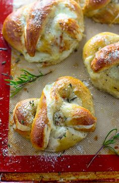 Mozzarella Stuffed Rosemary and Parmesan Soft Pretzels! Made with a simple soft pretzel dough and loaded with fresh herbs and Italian cheese. You're going to love these soft pretzels with cheese inside! Mozzarella, Bread Recipes, Cooking Recipes, Skillet Recipes, Cooking Tools, Good Food, Yummy Food, Soft Pretzels, Bread And Pastries