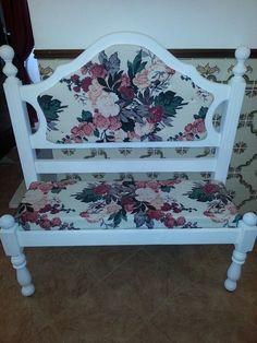 o meu banquinho reciclado de uma cabeceira de cama forrado com tecido floral e pintado de branco pois era de madeira escura