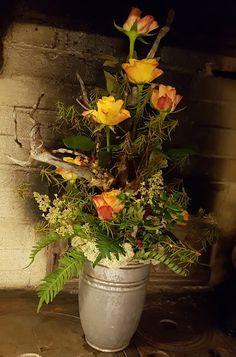Metsämiehen hautajaisiin muistokukat rakennettu kerroksittain. Mukana jäkälää, puolukoita marjoineen, suopursua, harmaata karahkaa, saniaista suoraan luonnosta sekä ruusuja ym. #hautajaiset #muistokukat #funeral #funeralflowers Paducah Kentucky, Funeral Caskets, Flower Spray, Rose, Flowers, Plants, Pink, Roses, Florals