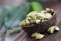 Kardamón je exotické korenie. Tento bylinný ker rastie vo vlhkých pralesoch v Indii, na Srí Lanke a v Číne. Rastlina dorastá do výšky 3 metrov. Má príjemnú aromaticko - citrónovú vôňu a sladko - korenistú chuť. Plody tvoria tobolky. Obsahujú väčší počet semien červeno - šedej až červeno - hnedej farby. Podľa spôsobu spracovania sa delí kardamóm na bielený a nebielený, celý alebo mletý. Kardamón ako korenie či liečivo poznali už starí Gréci či Rimania.