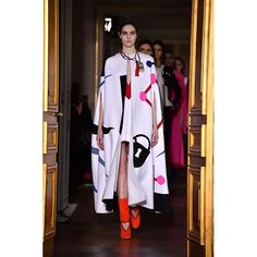 Se trata de Alta Costura! Hace instantes en París: @elsaschiaparelli Haute Couture con visibles referencias a la diseñadora clave. #Bazaarpasarelas.  via HARPER'S BAZAAR ARGENTINA MAGAZINE OFFICIAL INSTAGRAM - Fashion Campaigns  Haute Couture  Advertising  Editorial Photography  Magazine Cover Designs  Supermodels  Runway Models