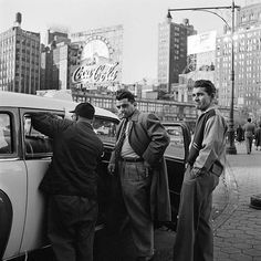 New York, NY - Street photos by Vivian Maier. One of multiple galleries on the official Vivian Maier website. Vivian Maier, City Photography, Vintage Photography, Photography Gallery, Reportage Photography, Chicago Photography, Artistic Photography, Landscape Photography, Portrait Photography