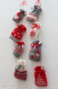 Crochet small advent calendar bags, gift bags or Santa bags yourself – crochet pattern via Makerist.de # crochet # crochet pattern # crochet with maker Crochet Christmas Decorations, Christmas Crochet Patterns, Easy Christmas Crafts, Christmas Knitting, Crochet Advent Calendar, Crochet Diy, How To Start Knitting, Gift Bags, Crochet Projects