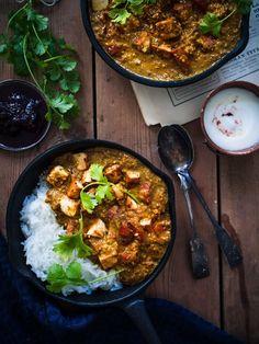 Curry valmistuu noin puolessa tunnissa. Muista, että on tärkeää ruskistaa ja paistaa tofu erikseen ja lisätä se vasta lopuksi kastikkeeseen, ettei siitä tulepehmeän vetistä.  4:lle  Tarvitset  Masalatahnaan  1 sipuli 3 valkosipulinkynttä 2 rkl tuoretta inkivääriä raastettuna 1½ rkl garam masalaa 1/4 rkl chilijauhetta ½rkl kurkumaa ½ rkl juustokuminaa 1/3 rkl jauhettua neilikkaa 1 tl kardemummaa (2 rkl mantelirouhetta) – jätä pois, jos et vois syödä pähkinää ½ sitruunanmehu  Kastikkeeseen…