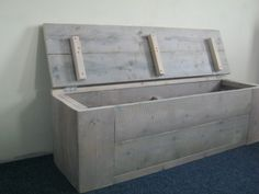 Oo die wil ik wel voor Babb-ie Wooden Storage Bench, Bench With Storage, Diy Storage, Storage Boxes, Scaffolding Wood, Objets Antiques, Smart Home Design, Surf House, Living Room Bench