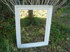 Grand miroir au cadre ancien rectangulaire relooké en gris en sous-couche puis en blanc-cassé patiné. Le miroir est neuf. Il a des formes simples, des couleurs claires sur un c - 4217001