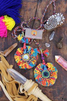 Camel Swag (moyen) en rouge, bleu, jaune, pompon en miroir chameau Pom Pom, Boho, Gypsy, tendance de la mode de la danse du ventre, Decor, approvisionnement  Tout dans la vie s'améliore avec franges et pompons. Autant que je m'inquiète, en tout cas. Ces babioles en miroir riches rouges, jaunes et bleus sont utilisés comme décorations de chameaux du Rajasthan en Inde. Si vous avez un chameau, il mérite d'être affublé de trop! Et si vous n'avez pas un chameau, il y a d'innombrables autres…
