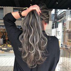 #daiki_hattori しかできないスペシャルハイライト 入れる位置もハイライトの色も絶対ほかの人には出せない特別なカラーです♀️ * かなりこだわってます 画像みていただければクオリティーがわかるとおもいます * いつもと違うやり方できっと思い通りのヘアをご提供します☻ * Instagramからの予約がありますのでご相談ください! * DM.コメント.LINEお待ちしております! * * #acqua#服部大起#外国人風#カラーリング#アッシュグレー#ハイライト#グレージュ #ヘアカラー#イルミナカラー#ヘアアレンジ#ootd #zara #バレイヤージュ #動画 #切りっぱなしボブ #モデル#ハイライトカラー #グラデーションカラー #テイラーヒル#きりっぱなしボブ #デジタルパーマ#表参道#ロンハーマン#ミランダカー#パーマ#西海岸