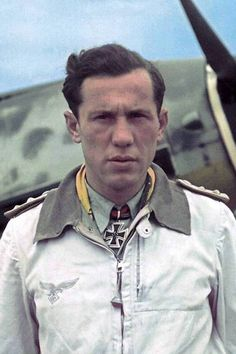 "Major Kurt Bühligen (1917-1985), Kommandeur II./Jagdgeschwader 2 ""Richthofen"", Ritterkreuz 04.09.1941, Eichenlaub (413) 02.03.1944, Schwerter (88) 14.08.1944"