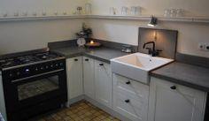 klassieke keuken met betonnen blad