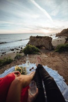 DIY Backyard Picnic Ideas You'll Want To Try Beach Romance, Romantic Beach, Picnic Spot, Beach Picnic, Kids Aquarium, Best Car Rental Deals, Countryside Fashion, Picnic Essentials, Backyard Picnic