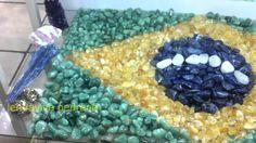 Bandeira do Brasil em Pedras Brasileiras: quartzo verde, citrino, sodalita e quartzo branco https://www.casadaspedrasbrasileiras.com.br/loja/ldviva-pedra-brasileira/pedras-preciosas-roladas.html