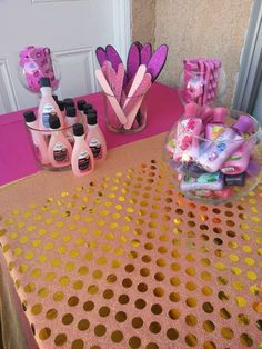 Cute little girls spa party. Give out nail polishes too. Great idea for A Sleep over party. Esela would definitely love this. Spa Day Party, Salon Party, Girl Spa Party, Spa Birthday Parties, Pamper Party, Slumber Parties, Birthday Fun, Birthday Makeup, Birthday Ideas