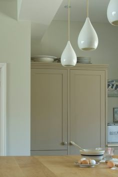 Inspiring hand-picked home accessories, home decor and furniture. Our luxury home accessories UK range includes Farrow & Ball wallpaper and paint. Farrow Ball, Farrow And Ball Paint, Painting Kitchen Cabinets, Kitchen Cupboards, Kitchen Paint, Farrow And Ball Oxford Stone, Country Kitchen Inspiration, Home Accessories Uk, Kitchen