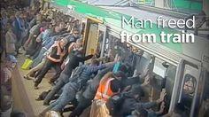 People power frees man trapped by Perth train A veces las ideas más disparatadas son las que obtienen resultado. Y a veces la unión de las personas puede conseguir cosas inimaginables. Esto es lo que sucedió una mañana en la estación de metro Stirling, en Perth (Australia).