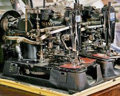 - Una macchina da cucire in una fabbrica di camicie a Fall River, in Massachusetts. (Textiles – Christopher Payne) - Una macchina da cucire in una fabbrica di camicie a Fall River, in Massachusetts. (Textiles - Christopher Payne)