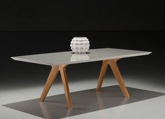Essa Mesa é linda com um design clean, porém, super sofisticado para sua Sala de Jantar ou até mesmo Cozinha. Ela tem várias opções de cores em laca no tampo e nos pés é sempre em Madeira Natural. E também varias medidas, que ajuda muito na combinação do ambiente.