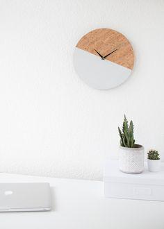 DIY Wanduhr mit Korkpapier und Farbblock selber machen. DIY Uhr, Kork, Basteln mit Korkpapier.