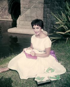 Elizabeth Taylor 24X36 Poster Barefoot On Grass Next To Pond 1950'S Short Hair FOR SALE • EUR 18,43 • See Photos! Money Back Guarantee. Product Description Elizabeth Taylor 24X36 Poster Barefoot On Grass Next To Pond 1950'S Short Hair: This is a custom made poster measuring 24x36 inches (60x91 cm approximately) that will look 191805176398