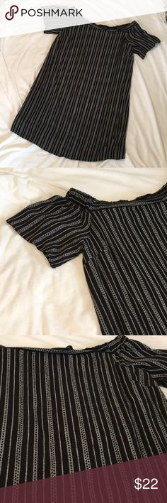 """Monteau dress fully lined size XL(fits like L) Comfy dress in a fabulous black and white pattern. Can be worn on or off the shoulders. Fully lined, drapes nicely. Underarm to underarm 19"""", length 32"""". This dress fits more like a large in my opinion. Monteau Dresses"""