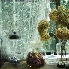 あちこちで見つけた古いガラス瓶には、自宅で飾りながら、自然にドライフラワーになった紫陽花などをディスプレイ French Chic, Modern Chandelier, House Plants, Glass Vase, House Design, Display, Table Decorations, Flowers, Inspiration