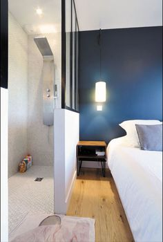 It delimits the modern shower room of the parental suite while bringing brightness. Bedroom With Ensuite, Bedroom Loft, Bedroom Wall, Bedroom Decor, En Suite Bedroom, Open Plan Bathrooms, Open Bathroom, Bathroom Modern, Living Room Orange