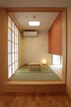 和室:tatami corner in livingroom Modern Japanese Interior, Asian Interior, Japanese Home Decor, Minimalist Home Interior, Japanese House, Interior Styling, Japanese Style, Tatami Room, Japan Design