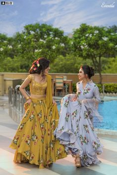 s better than a photo-shoot while rejuvenating your soul and mind with your girl gang?t this a refreshing idea? Desi Wedding Dresses, Indian Wedding Outfits, Indian Outfits, Indian Wedding Bridesmaids, Wedding Updo, Bridesmaid Hair, Designer Party Wear Dresses, Kurti Designs Party Wear, Indian Designer Outfits