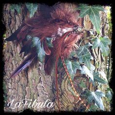 Federclip mit Vogelkopf aus braunen Hahnenfedern   Dieser Federclip aus braunen Hahnen- und Zierhahnfedern mit bronzefarbenen Vogelkopf. Du kannst ihn in dein Haar, oder an deine Kleidung stecken.  Federclips findest du in meinem Shop:http://lafibula.com/produkt-kategorie/federclips/