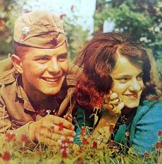 社會主義時期的保加利亞,一股濃濃蘇聯味 歷史上保加利亞一直都比較親近俄羅斯 二戰後保加利亞被劃為蘇聯的勢力範圍之內 蘇聯也就給保加利亞提供了軍事大量裝備 這也就造成了保加利亞人民軍的蘇聯紅軍風格 保加利亞人民軍的輕松時刻 保加利亞人民軍士兵輕吻軍旗 保加利亞人民軍的授槍儀式比較簡