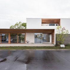 建築家と建てる家を身近に、手軽に R+house(アールプラスハウス)の建築実例です。「部屋全体が見渡せて、どこにいても家族の気配を感じる住まい」がコンセプトの、中庭を中心にぐるりと回遊... Garage Design, House Design, Small Buildings, Japanese House, House Front, Modern Architecture, Townhouse, Beautiful Homes, New Homes