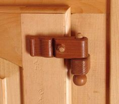 Wooden hinges [This picture is upside down; or maybe the pin has just been put in from the bottom (watch for a while and see if it falls out. Pretty hinge, though] Woodworking Projects That Sell, Diy Wood Projects, Woodworking Crafts, Wood Crafts, Woodworking Hinges, Wooden Hinges, Wooden Doors, Wood Joints, Wood Boxes