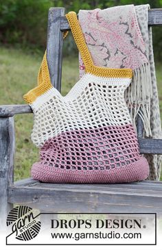 Back to the beach / DROPS - free crochet patterns by DROPS design - Back to the beach / DROPS – free crochet patterns by DROPS design - Diy Crochet Purse, Diy Crochet Patterns, Crochet Bag Tutorials, Crochet Market Bag, Crochet Purses, Bag Patterns, Crochet Bags, Drops Design, Filet Crochet