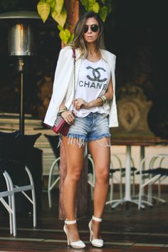 Look do dia com shorts jeans e blazer capa
