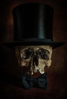 its interesting how these skulls are being dressed as though they were living people Art Deco Diamond, Diamond Brooch, Vanitas Vanitatum, Skull Reference, Chic Halloween, Gothic Aesthetic, Skull Painting, Dark Pictures, Sugar Skull Art