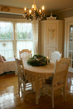 Cottage Christmas . .@Jody Newvine Barscheski   reminds me of your dining room, the windows