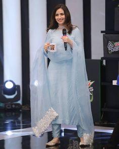 Pakistani Celebrities Gets Gorgeous Looks on Friday in Ramadan Simple Pakistani Dresses, Pakistani Fashion Casual, Indian Fashion Dresses, Dress Indian Style, Pakistani Dress Design, Indian Designer Outfits, Pakistani Outfits, Indian Outfits, Pakistani Designer Clothes