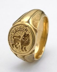 Signet ring found at the Towton battlefield engraved with lion regardant and legend -- the Percy Signet. Antique Jewelry, Vintage Jewelry, Antique Gold Rings, Medieval Jewelry, Ancient Jewelry, Men's Jewelry, Jewelery, Rings For Men, Mens Gold Rings