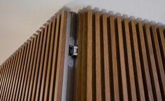 Tectus bisagra oculta para carpinteria de palilleria vertical. Wood Slat Wall, Wood Slats, Wood Paneling, Panelling, Hidden Doors In Walls, Windows And Doors, Wall Design, House Design, Joinery Details