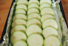 Cukkinit elvből nem sütök, viszont ez alkalommal egy igazi vitaminbombát készítettem belőle tejföllel - Ketkes.com Eggplant Recipes, Snacks, Raw Food Recipes, Cucumber, Zucchini, Side Dishes, Raspberry, Food And Drink, Vegetables