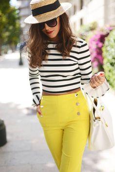 Comprar ropa de este look:  https://lookastic.es/moda-mujer/looks/jersey-corto-pantalones-pitillo-bolsa-tote-sombrero-gafas-de-sol/11282  — Sombrero de Paja Marrón Claro  — Gafas de Sol Negras  — Jersey Corto de Rayas Horizontales Blanco y Negro  — Pantalones Pitillo Amarillos  — Bolsa Tote de Cuero Blanca